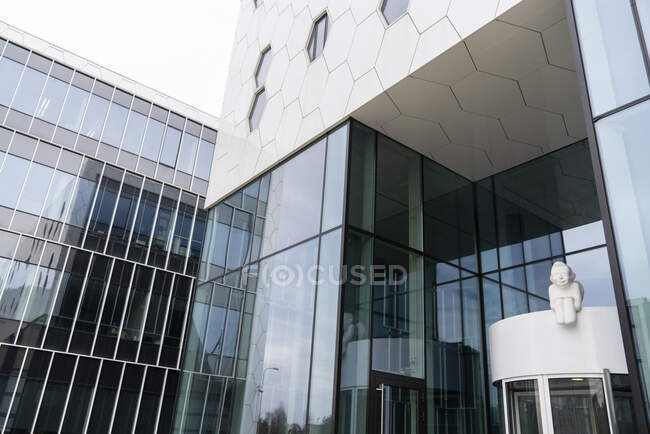 Sculpture at the entrance of a modern building, Vilnius, Lithuania — Stock Photo