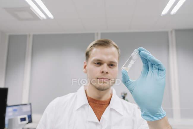 Retrato de um cientista analisando um espécime em laboratório — Fotografia de Stock