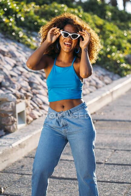 Retrato de rir jovem com óculos de sol — Fotografia de Stock