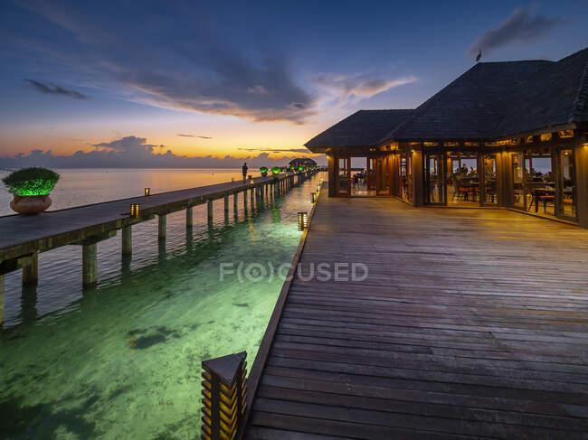 Maldive, Pier lungo il ristorante costiero sull'atollo di South Male al tramonto — Foto stock