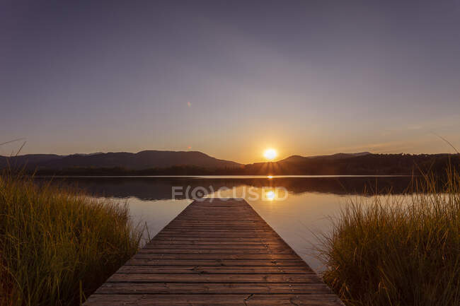 Озеро Эстани-де-Баньолес вечером, Жирона, Испания — стоковое фото