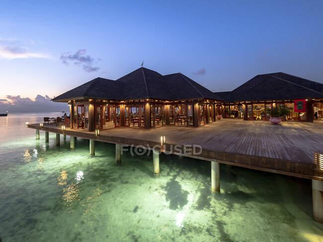 Maldive, ristorante costiero sull'atollo di South Male al tramonto — Foto stock