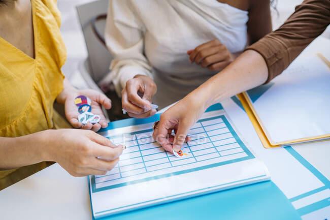 Gros plan sur les étudiantes qui organisent leur horaire de classe — Photo de stock