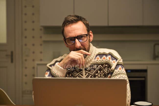 Бізнесмен, який користується ноутбуком вдома. — стокове фото
