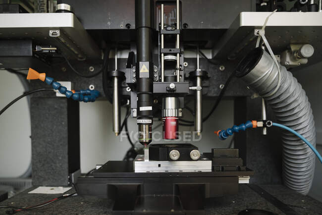 Dispositivo laser em laboratório — Fotografia de Stock