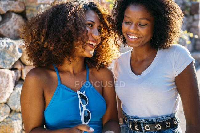 Portrait de deux meilleurs amis s'amuser ensemble — Photo de stock
