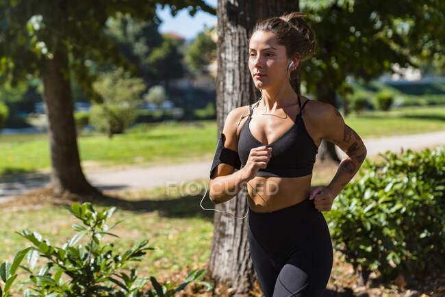 Молодая женщина бегает в парке — стоковое фото