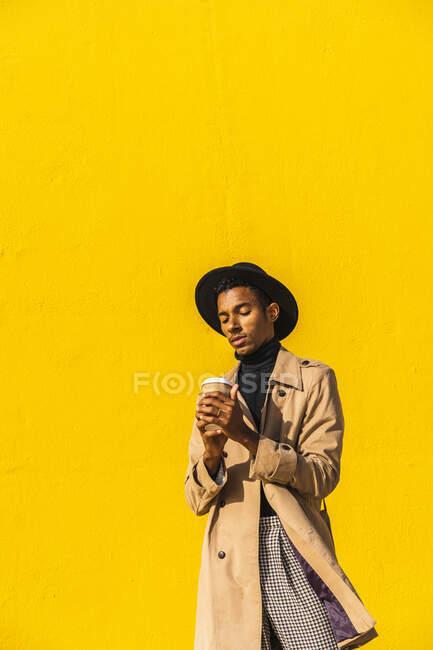 Молодий чоловік отримує задоволення від кави. — стокове фото