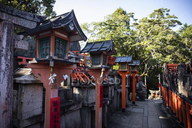 Japan, Kyoto Prefecture, Kyoto City, Row of old lanterns inFushimi Inari-taisha temple — Stock Photo