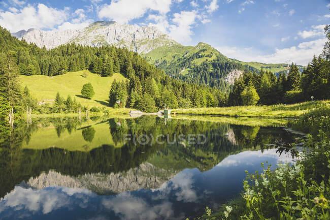 Австрія, Каринтія, мальовниче озеро в Карнійських Альпах. — стокове фото