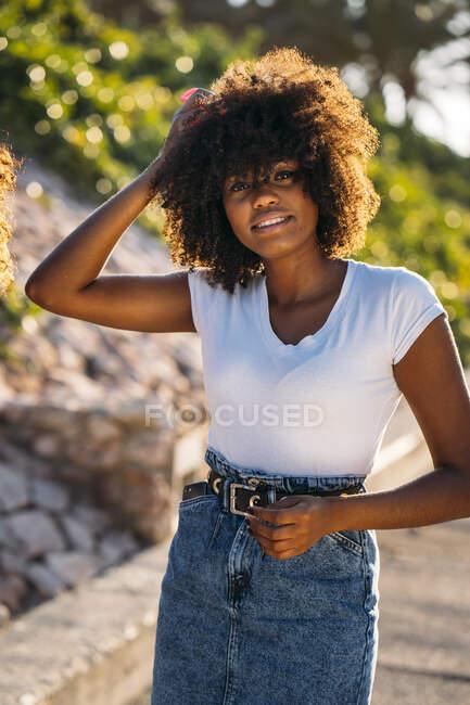 Retrato de jovem com a mão no cabelo — Fotografia de Stock