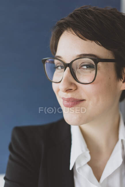 Portait of smiling young businesswoman — Stock Photo