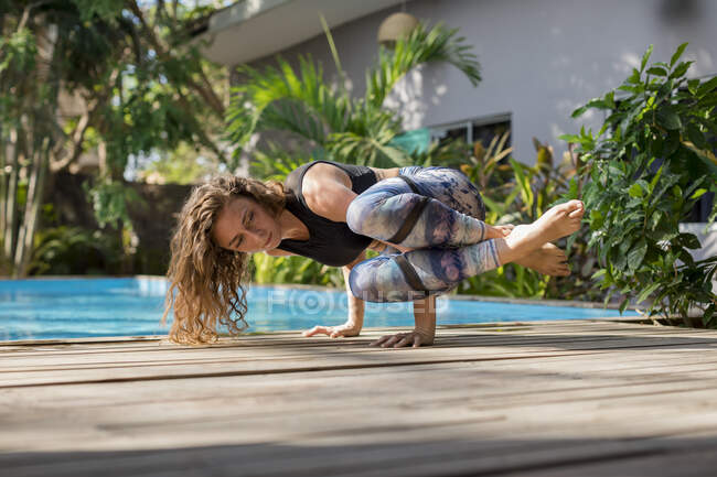 Donna che pratica yoga a bordo piscina, Costa Rica — Foto stock