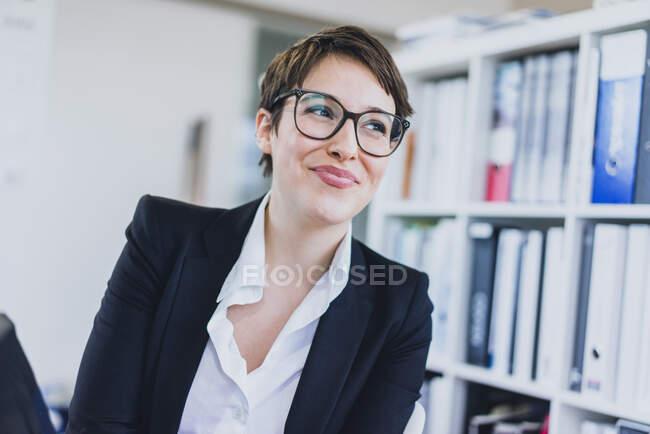 Портат усміхненого молодого бізнесмена в офісі — стокове фото