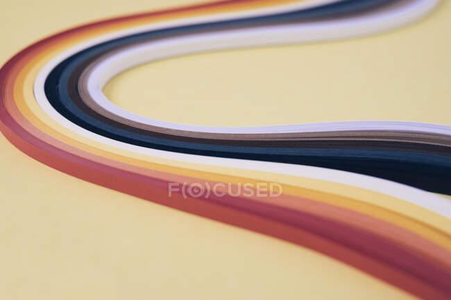 Papeles de molienda multicolor sobre fondo beige - foto de stock