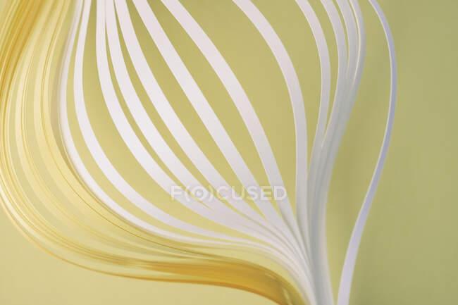 Збільшення білого і жовтого накладання паперу на бежевому фоні — стокове фото