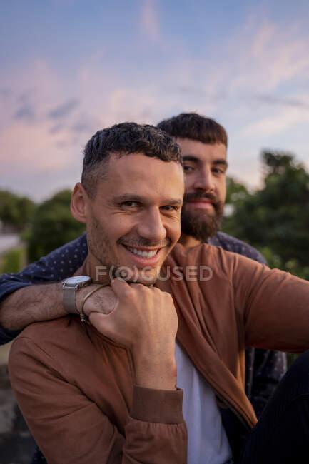 Портрет щасливої пари геїв на заході сонця — стокове фото