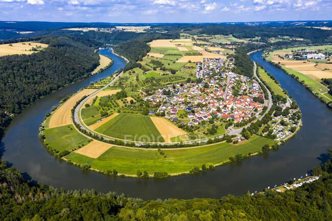 Alemania, Baviera, Binau, Vista aérea del río que se curva alrededor de la ciudad rural - foto de stock