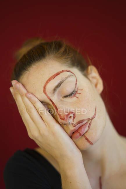 Retrato de jovem com tinta no rosto — Fotografia de Stock