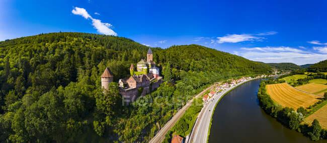 Vista aérea del castillo de Zwingenberg en la montaña por el río Neckar, Hesse, Alemania - foto de stock