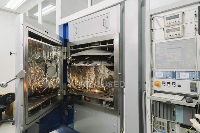 Вакуумное устройство в лаборатории — стоковое фото