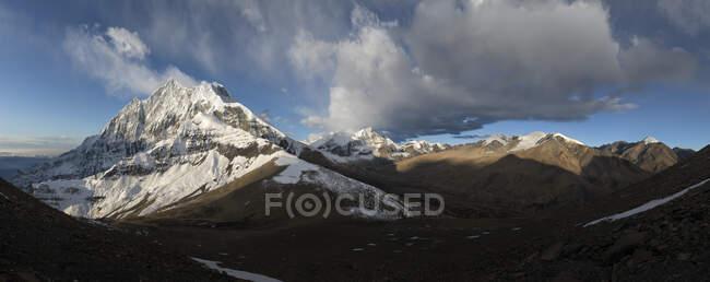 Pico Tukuche, Circuito de Dhaulagiri Trek, Himalaya, Nepal - foto de stock