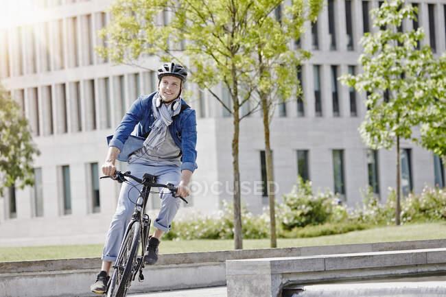 Студент на своєму електронному велосипеді в університеті Гете у Франкфурті, Німеччина. — стокове фото