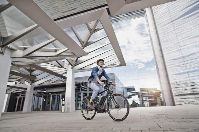 Estudante em seu e-bike na Universidade Goethe em Frankfurt, Alemanha — Fotografia de Stock