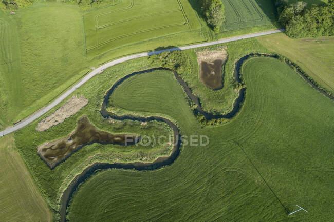 Alemania, Baviera, Vista aérea de campos verdes y serpenteante río Wornitz - foto de stock