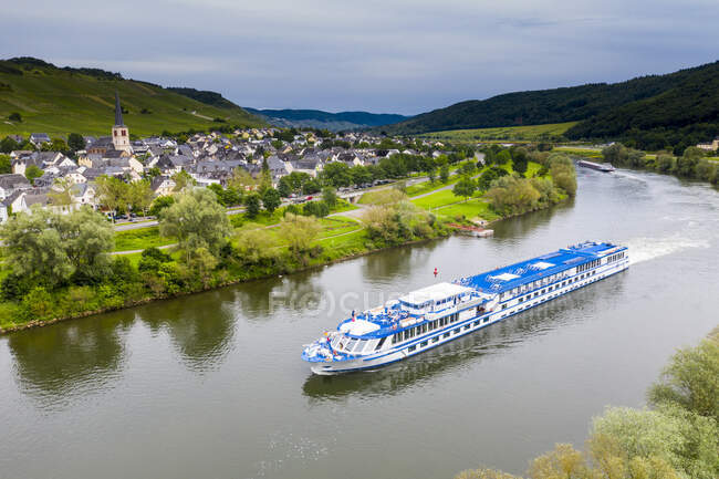 Aerial view of cruise ship on Mosel River, Bernkastel-kues, Germany — Stock Photo