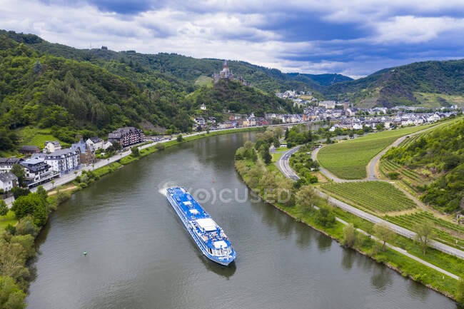 Aerial view of cruise ship on Mosel River, Cochem, Germany — Stock Photo