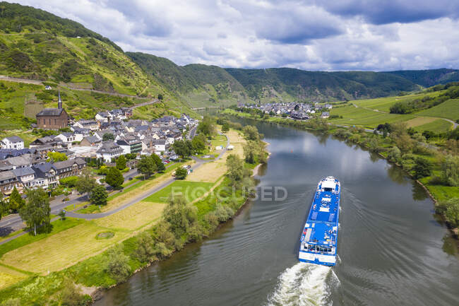 Aerial view of cruise ship on Mosel River against cloudy sky near Cochem, Germany — Stock Photo