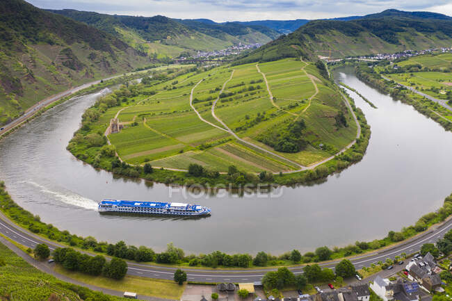 Aerial view of cruise ship on Mosel River bend, Bremm, Germany — Stock Photo