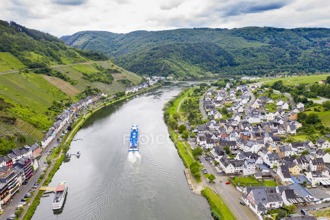 Drone shot of cruise ship on Mosel River against cloudy sky, Zell, Germany — Stock Photo