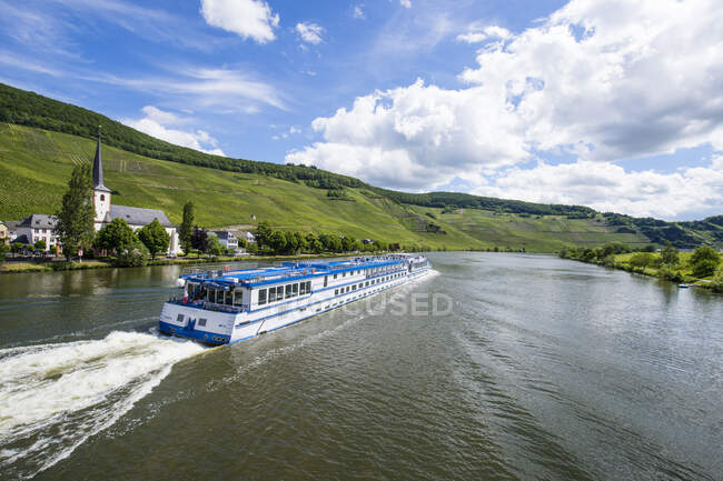 Cruise ship on Mosel River against cloudy sky, Bernkastel-kues, Germany — Stock Photo