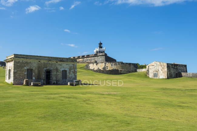 Fort San Felipe Del Morro on grassy land against blue sky, San Juan, Caribbean — Stock Photo