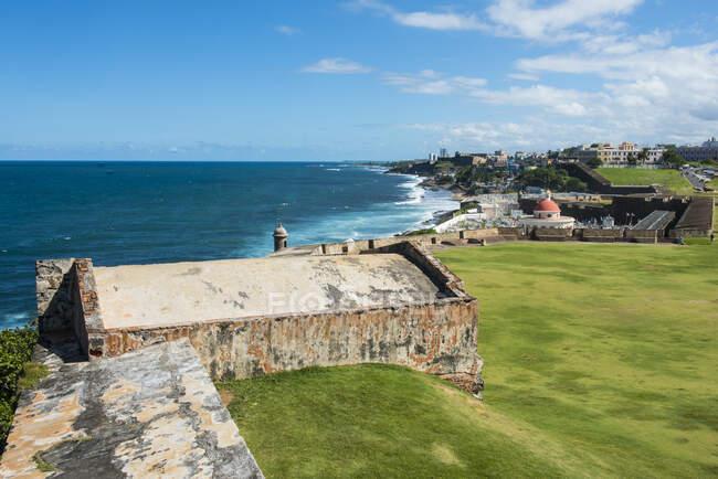 Santo malo, france-april 22, 2017: la costa del castillo de Normandía en la ciudad de la - foto de stock