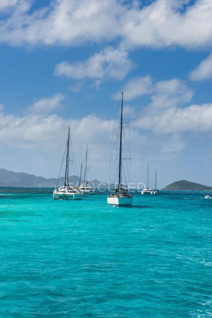 Парусники на якоре в Tobago Cays, St. Vincent and the Grenadines, Caribbean — стоковое фото