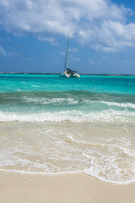 Парусник на якоре в Tobago Cays, Сент-Винсент и Гренадины, Карибский бассейн — стоковое фото