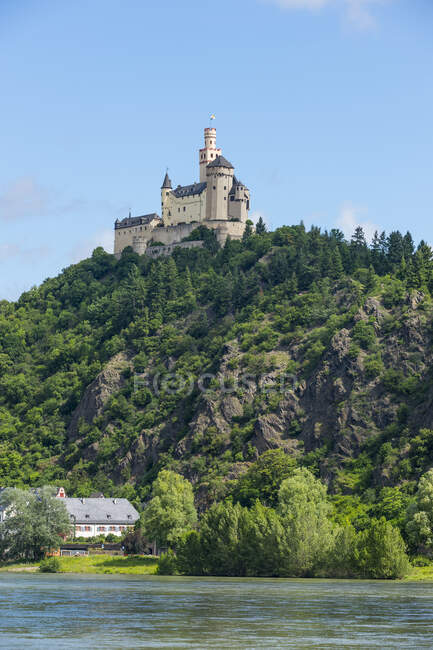 Low angle view of Marksburg castle on mountain against blue sky, Middle Rhine, Germany — Stock Photo