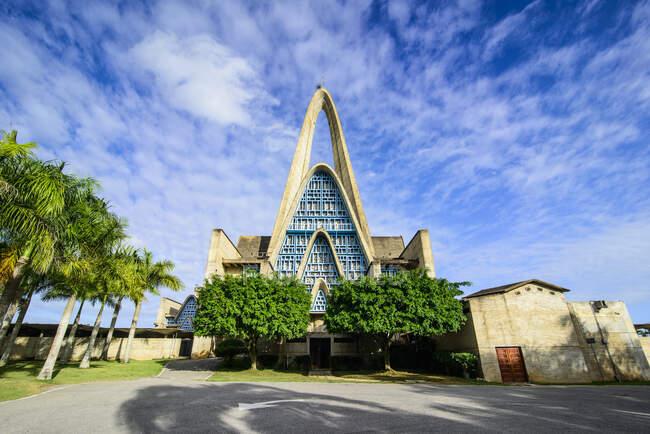 Basílica de La Altagracia contra el cielo azul, Higuey, República Dominicana - foto de stock