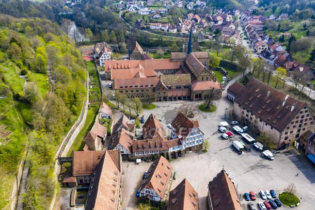 Alemania, Baden-Wurttemberg, Maulbronn, Vista aérea del monasterio de Maulbronn - foto de stock