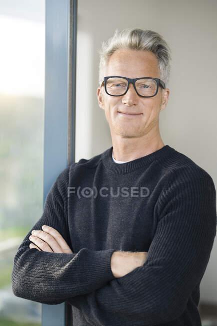 Портрет упевненої людини в його сучасному домі. — стокове фото