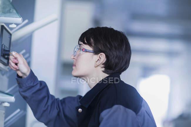 Жіночий технік керує машиною. — стокове фото