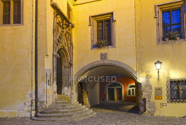 Old town hall and Roter Herzfleck at night, Regensburg, Upper Palatinate, Bavaria, Germany — Stock Photo