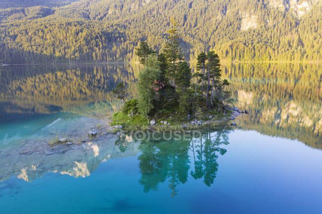 Schnbichl Island at Eibsee lake, Grainau, Werdenfelser Land, Upper Baviera, Baviera, Alemanha — Fotografia de Stock