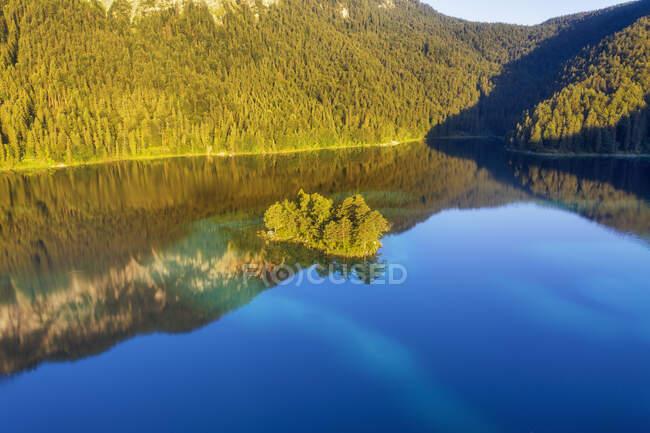 Ludwig Island en el lago Eibsee cerca de Grainau, Werdenfelser Land, Alta Baviera, Baviera, Alemania - foto de stock