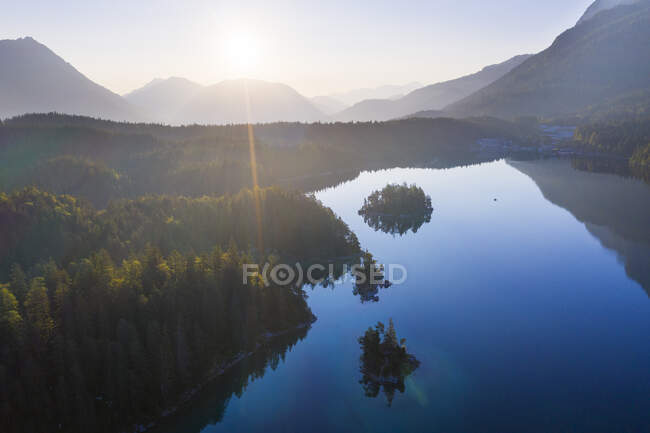 Scenic view of Eibsee lake with island Schnbhl and Sasseninsel during sunrise at Grainau, Werdenfelser land, Upper Bavaria, Bavaria, Germany — Stock Photo