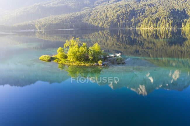 Scenic view of Maximilianinsel and Eibsee lake near Grainau, Werdenfelser Land, Upper Bavaria, Bavaria, Germany — Stock Photo