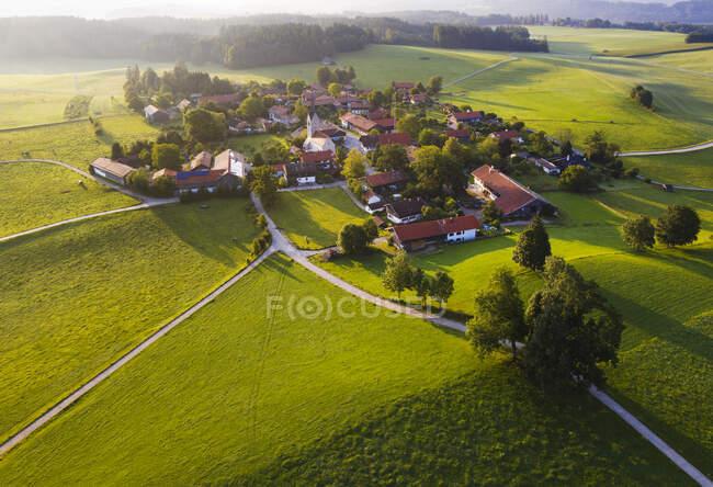 Vista aérea del paisaje en Peretshofen cerca de Dietramszell por la mañana, Tlzer Land, Alta Baviera, Baviera, Alemania - foto de stock